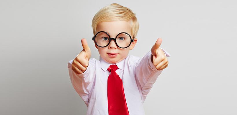 Junge mit Brille und roter Krawatte hält beide Daumen hoch